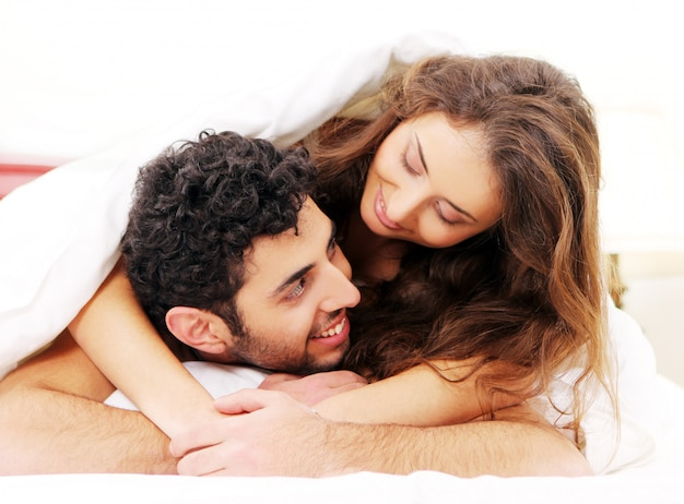 ベッドの中で若いカップル