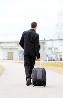 手荷物を持つ男