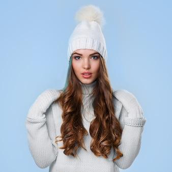 白いセーターで美しい少女