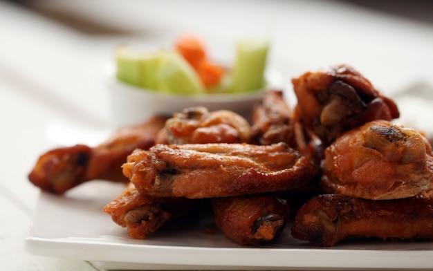 Куриные крылышки с соусом и овощами