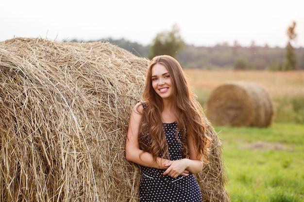Красивая девушка на поле