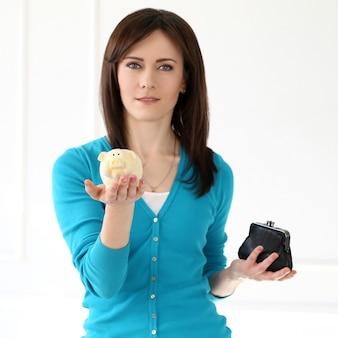 Красивая девушка с синей футболкой