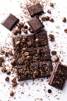 チョコレートバーとコーヒー豆