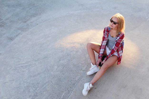 スケートボードと屋外の女の子