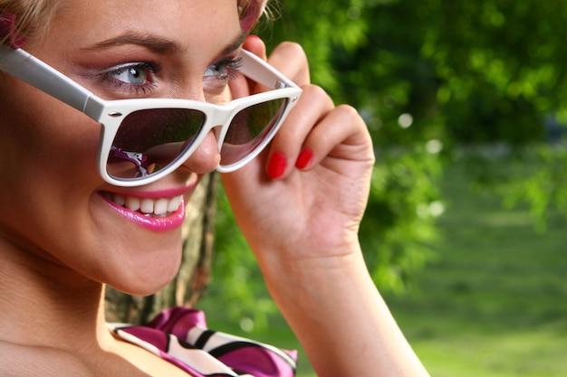 Красивая молодая женщина с очками