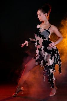 美しい女性ダンチンラテンダンス