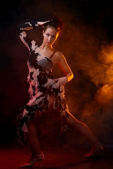 Красивая женщина танцует латинский танец