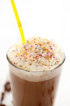 Ледяной кофе со взбитыми сливками