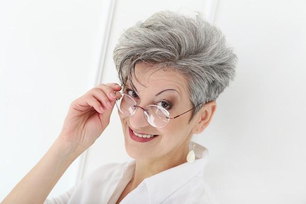 幸せそうな顔を持つ高齢者の女性