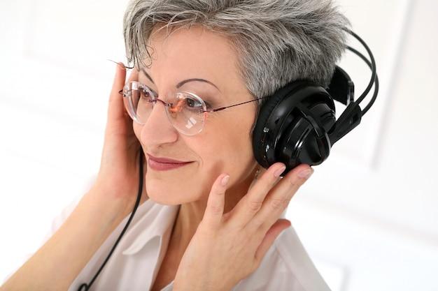 Пожилая женщина с счастливым лицом