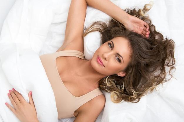 ベッドで美しい少女