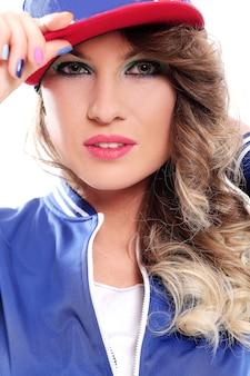 Красивая цветная девушка с кудрями в кепке