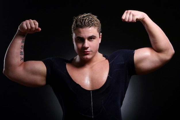 Молодой и красивый мускулистый мужчина