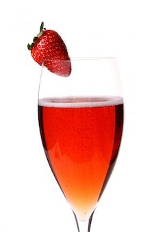 Стакан красного шампанского с клубникой