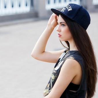 路上で美しい女性