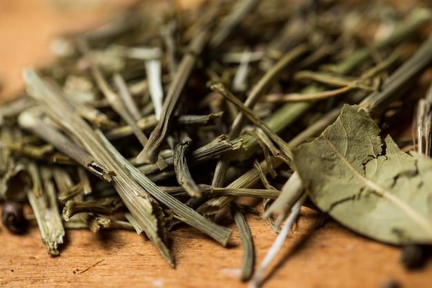 スパイス。テーブルの上の緑の山