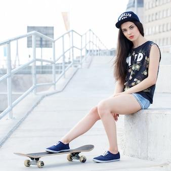 Красивая женщина с скейтбордом