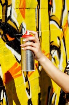 スプレー缶を持つ女性