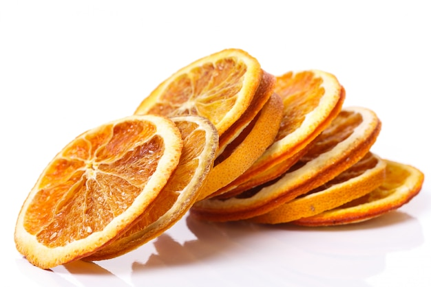 Сушеный апельсин на столе