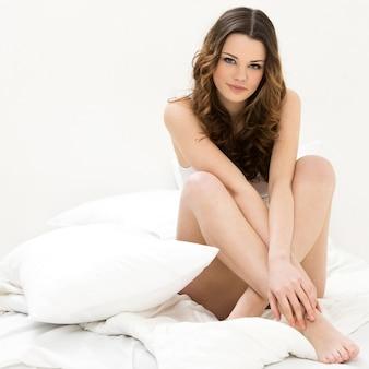 ベッドで美しい女性