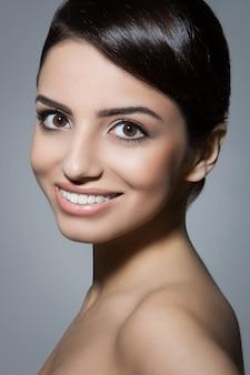 Уход за кожей. красивая, натуральная женщина с милой улыбкой