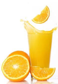 Свежий и холодный апельсиновый сок
