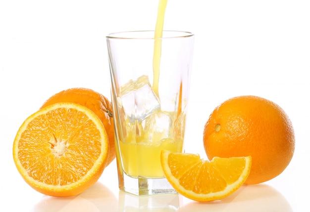 新鮮で冷たいオレンジジュース