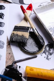 Черная краска на столе