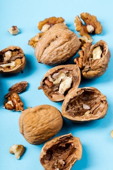 Гайки. грецкие орехи на синем фоне