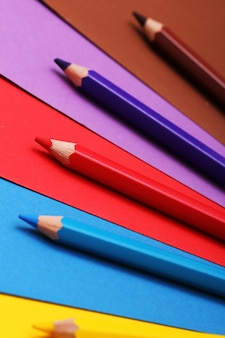 Карандаши на цветной бумаге