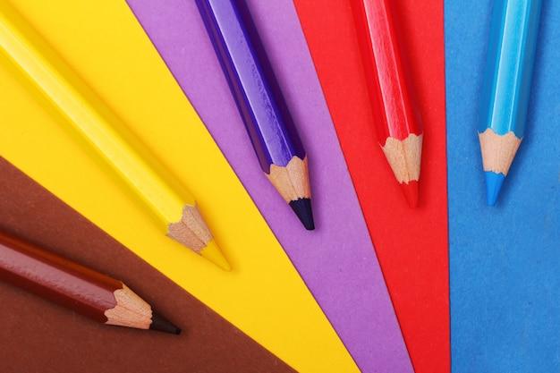カラフルな紙の上の鉛筆