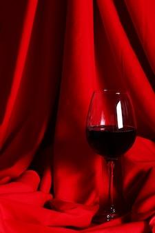 赤い布の上の赤ワインのガラス