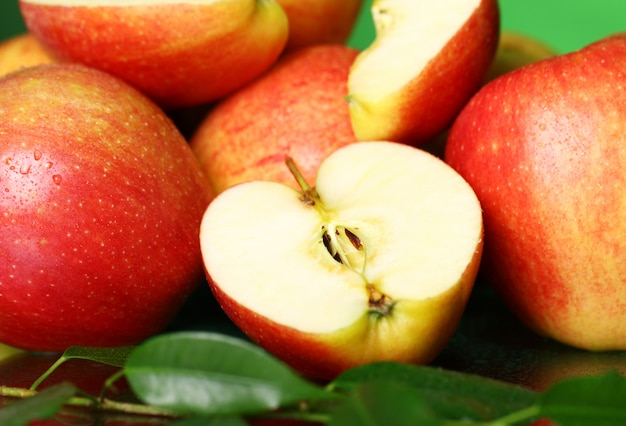 新鮮でおいしいリンゴの山