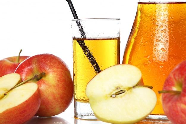 新鮮で冷たいリンゴジュース