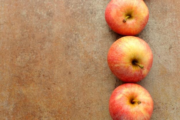 木製のテーブルに新鮮な赤いリンゴ