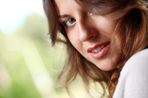 Красивая женщина с вьющимися волосами