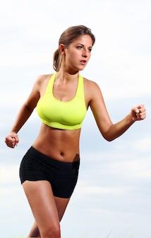 Бегущая фитнес девушка
