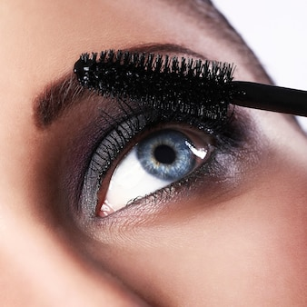 Женщина во время макияжа
