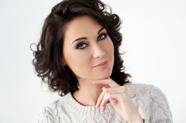 Красивая женщина с милым лицом
