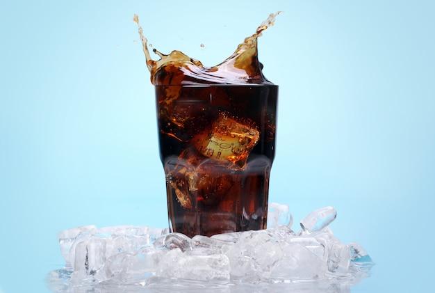 氷で新鮮なコーラを飲む