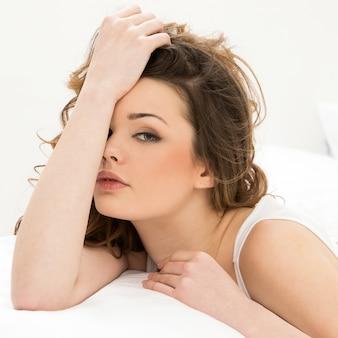 Красивейшая девушка кровати