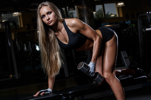 Красивая девушка в спортзале