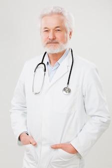 制服を着たハンサムな高齢医師