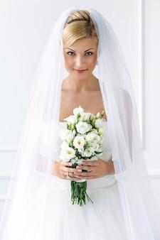 Красивая невеста с букетом