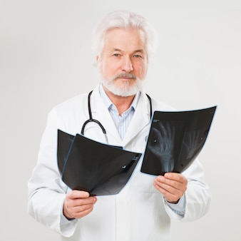 レントゲン写真でハンサムな高齢医師