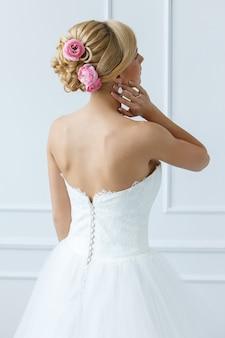 Красивая невеста с розами на волосах
