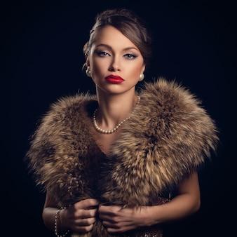毛皮を着て美しく、魅力的な女性