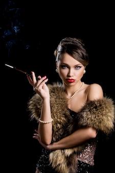 タバコを持つ豪華な女の子