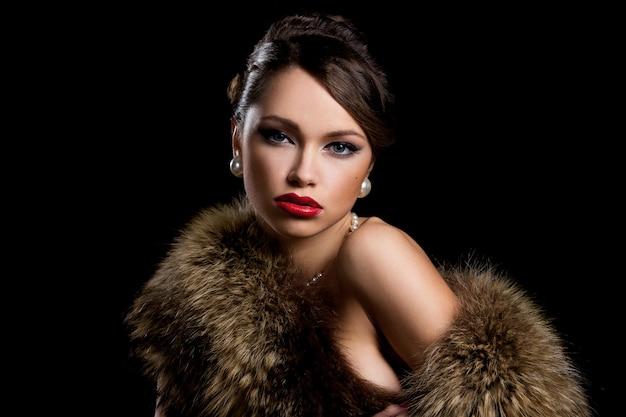 Великолепная девушка с мехом