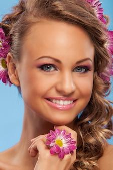 彼女の髪に花を持つ美しい女性